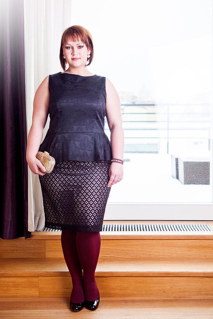90210d229f0c Pri prvom modele blúzky a sukne oblečenie zvýrazňuje disproporcie telesného  tvaru Jany. Peplum