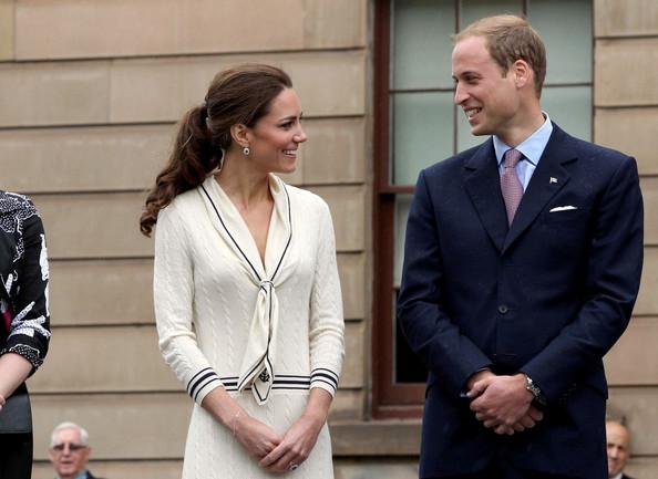 21a85f45a6eb ... Kate mala na sebe biele šaty v námorníckom štýle značky Alexander  McQueen. Šaty navrhla návrhárka Sarah Burton